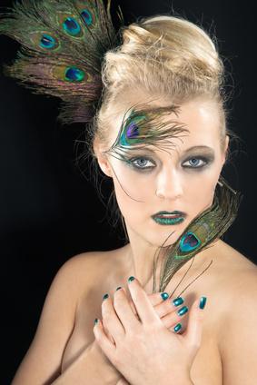 Beauty Frau mit Federn Schmuck und tollem Make Up